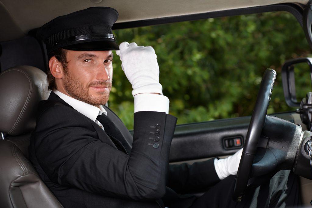 Chauffeur mit Mütze