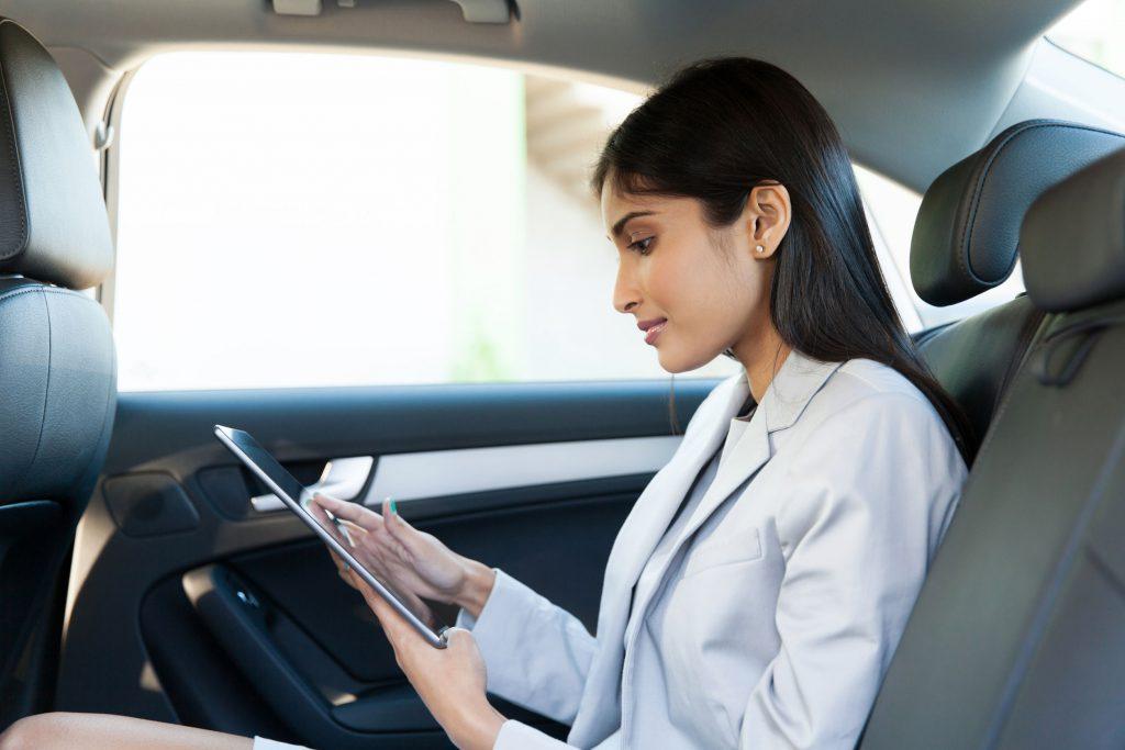 Geschäftsfrau im Taxi